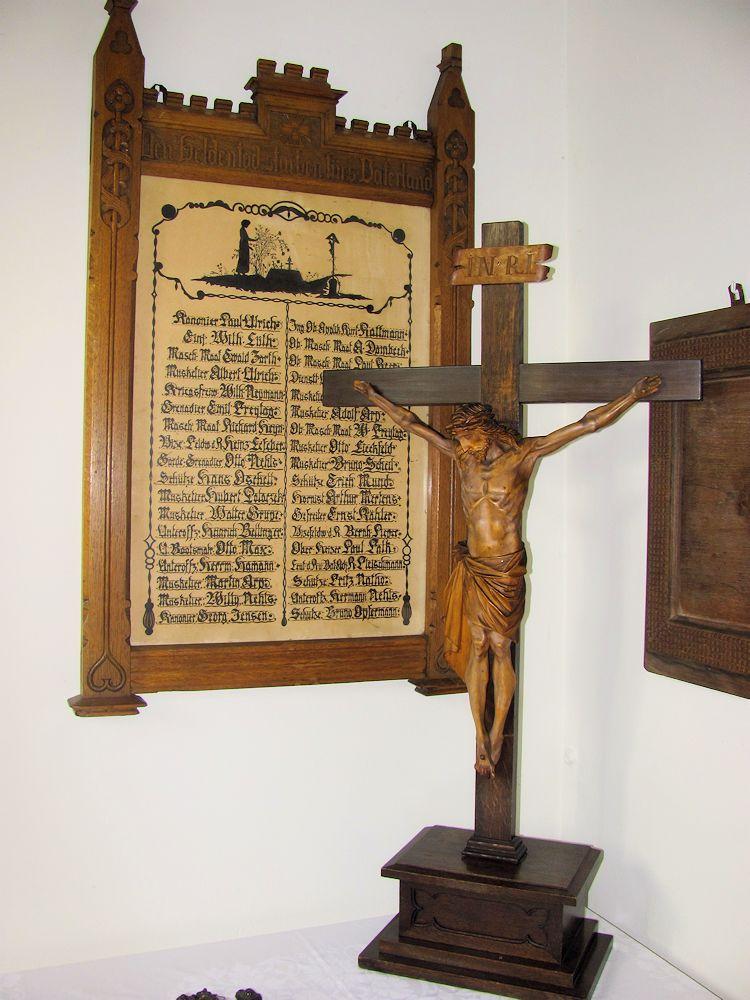 Altarkreuz und Gedenktafel