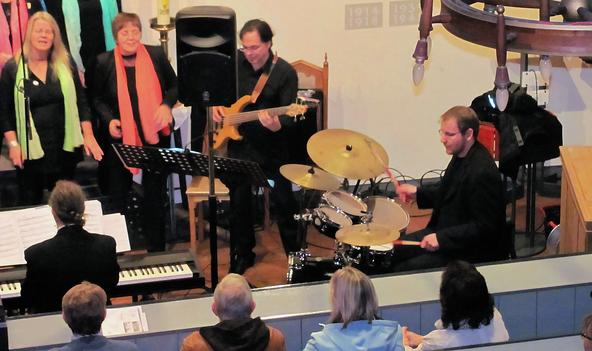 Begleitung: Bass, Keyboard und Schlagzeug