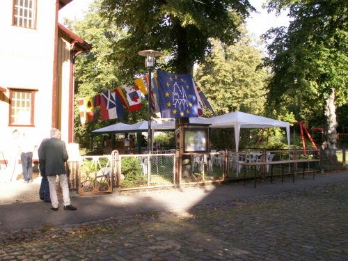 Gartencafé mit Flaggemschmuck