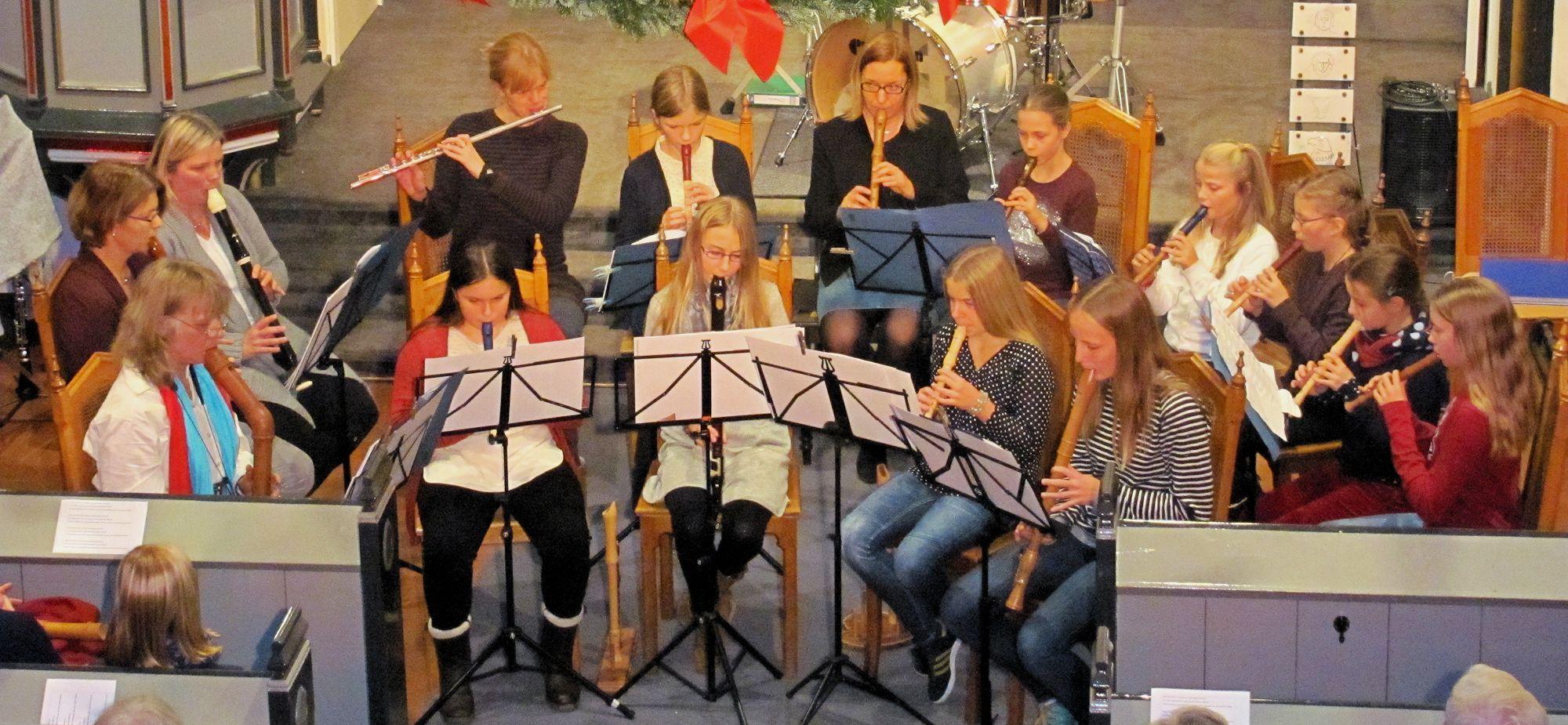 Flötenspatzen (vorne) und Windspiel