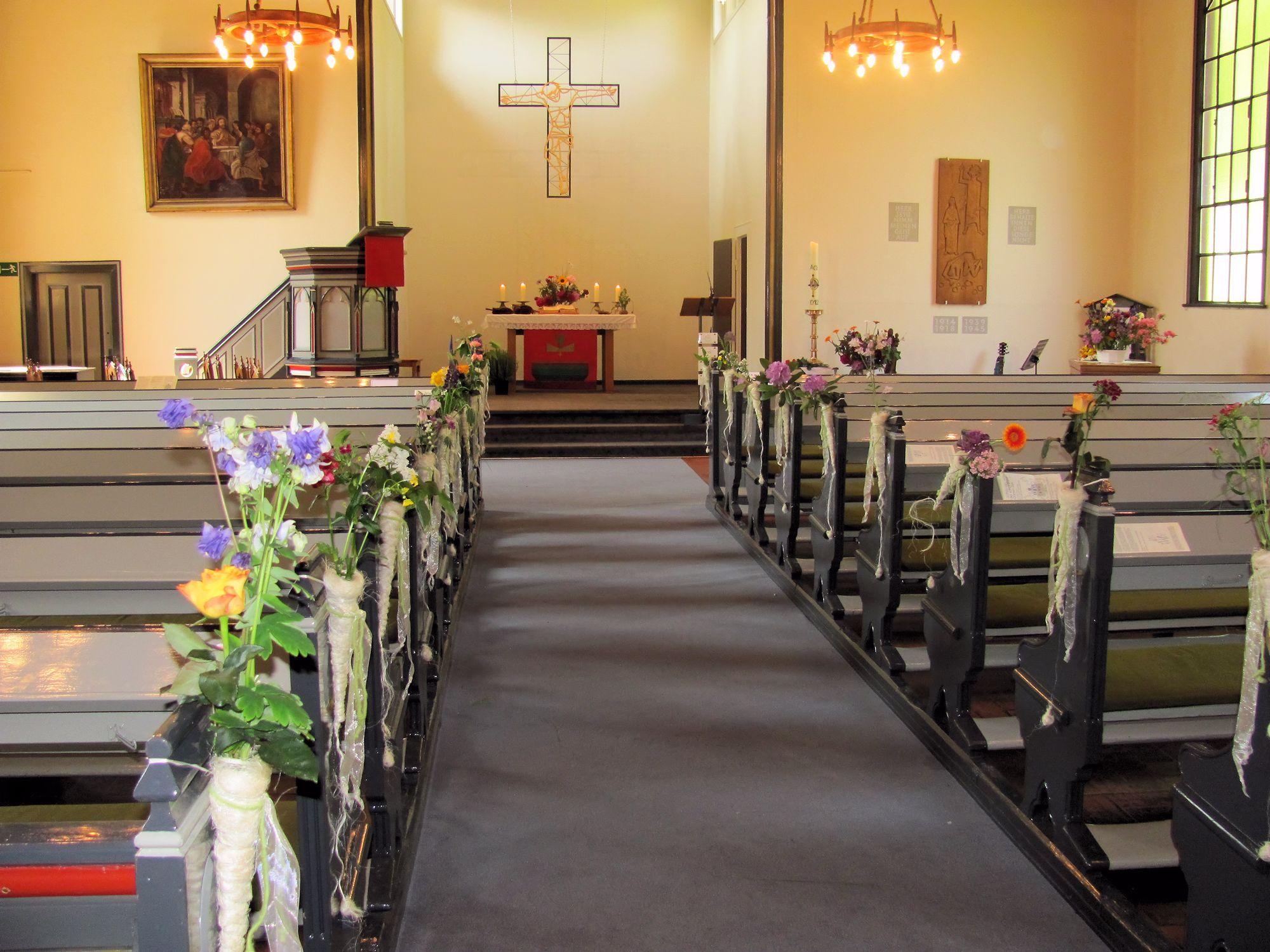 Kirche im Blumenschmuck
