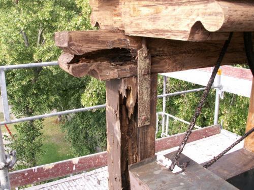 Rotte Balken am Glockenstuhl